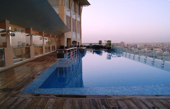 Al Manshar Rotana Hotel: Roof top pool is good for any time of day