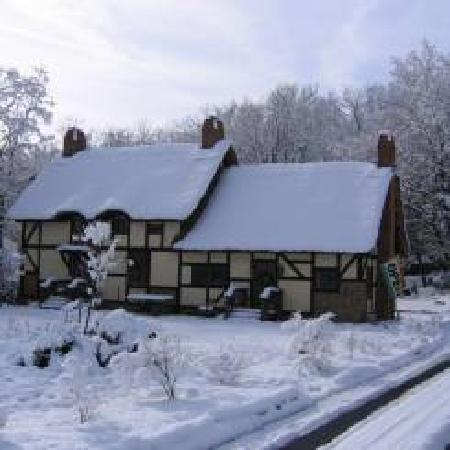 Anne Hathaway's Cottage Bed & Breakfast Inn: Winter at the cottage