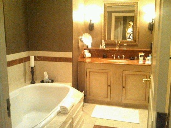 Maison Orleans: Ritz bathroom