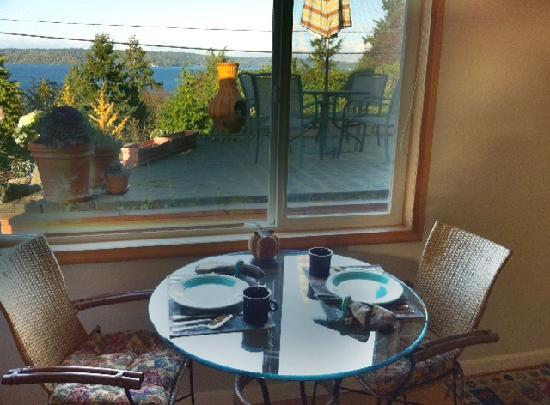 Three Tree Point Bed and Breakfast: the breakfast nook in the cottage