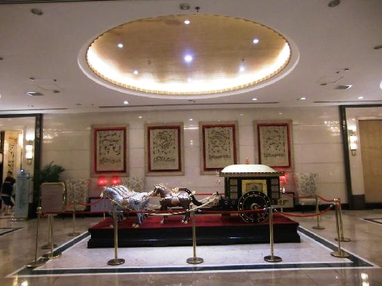 Tianyu Gloria Grand Hotel Xian: Lobby with the horse cart