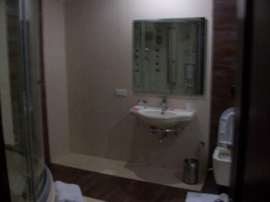 The River Crescent Resort: bathroom