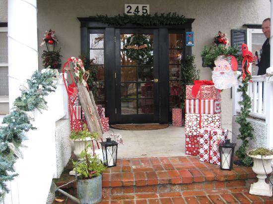 Magnolia Inn: Decorations out in front