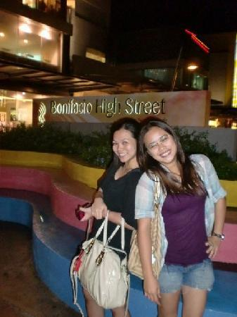 Shogun Suite Hotel: strolling around boni high :)