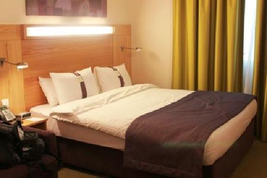 Bedroom picture of holiday inn express dubai airport for Bedroom expressions