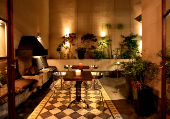 Miravida Soho Hotel and Wine Bar: Courtyard at night
