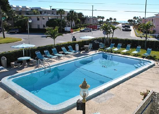 Florida Dolphin Motel: Pool Side View