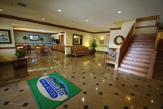 ‪‪Mountain Inn & Suites Airport‬: Lobby‬