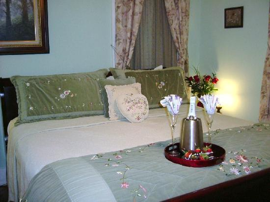 Coastal Dreams Bed & Breakfast: The Pacific Room with private balcony - King