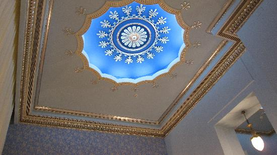 El Salamlek Palace Hotel and Casino: Beautiful ceiling sconce in the coffee shop