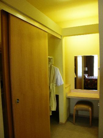 Corporate Inn Sunnyvale: Safe and ironing board in the closet