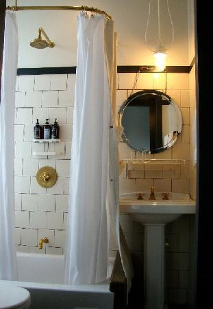 Ace Hotel NYC: Bathroom in Cheap Full Room