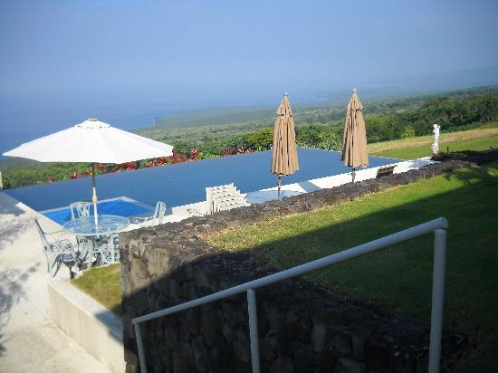 Horizon Guest House: The infinity pool and hot tub