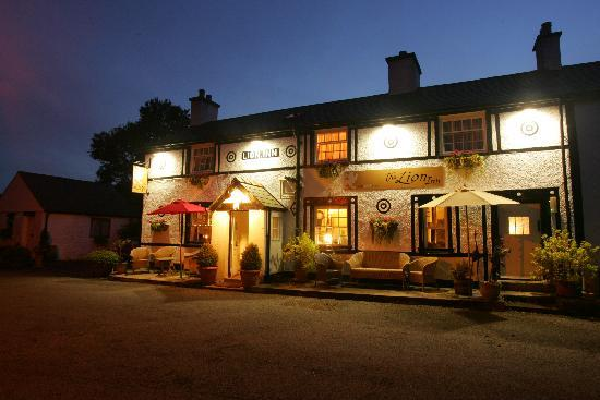 The Lion Inn Gwytherin: The Lion at Night