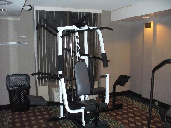 Clarion Hotel & Suites Conference Center: exercise room