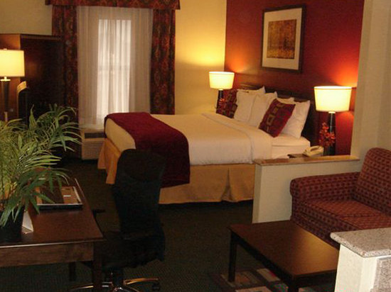 Holiday Inn Express Ridgeland - Jackson North Area: King Suite
