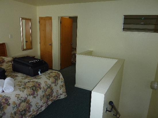 BEST WESTERN Ellerslie International Motor Inn: Main bedroom and 2nd bedroom with lourves