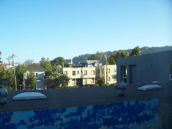 Rose Garden Inn: View from 2nd floor room toward Berkeley campus