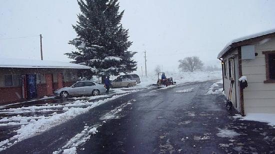 Mesa Verde Motel: Owners on a tractor and with shovel cleaning the snow out of the parking lot