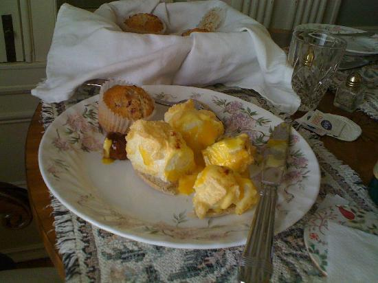 King's Cottage Bed & Breakfast: Eggs on a Cloud and gourmet muffins