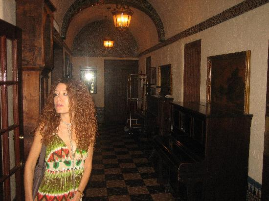 Hotel Place St. Michel: Gina in hallway
