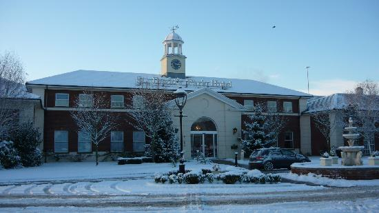 Ewloe, UK: front of hotel-snowbound