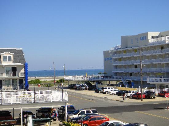 Cape Cod Inn Motel: The proximity of the beach from the hotel room