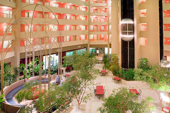 Crowne Plaza Arlington Suites: Hotel Atrium