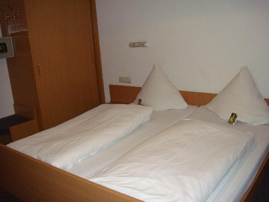 Oberharmersbach, Deutschland: Clean room and larger than average european hotel rooms