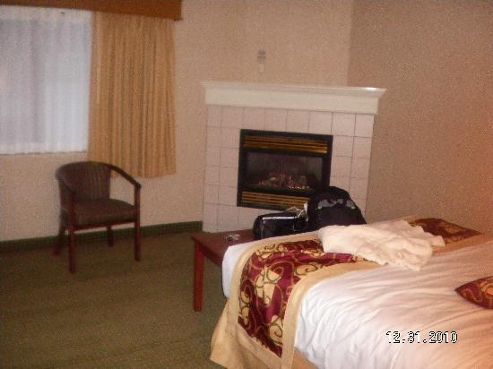 Days Inn & Suites Traverse City: Master bedroom and fireplace