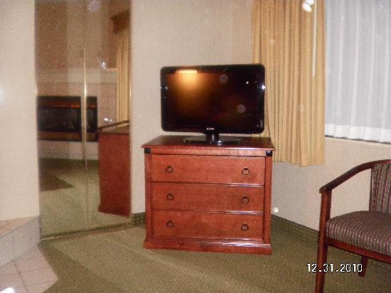 Days Inn & Suites Traverse City: Tv in bedroom