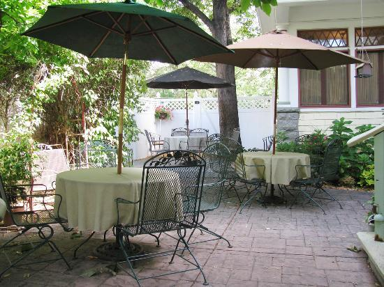 Idaho Heritage Inn: Romantic courtyard
