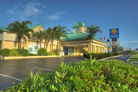 Comfort Inn &amp; Suites Oceanside Port Canaveral Area: Front view of hotel with it&#39;s distinctive Key West roof