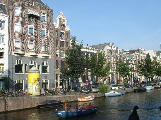 Hotel Seven one Seven: Hotel on Prinsengracht (short dark-brown building in center)