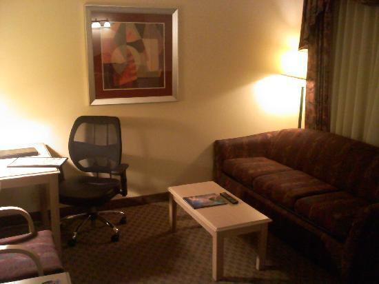 BEST WESTERN PLUS InnSuites Tucson Foothills Hotel & Suites: Living room area