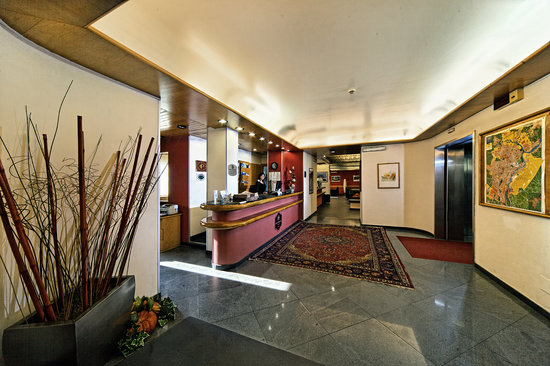 Hotel President: hall1