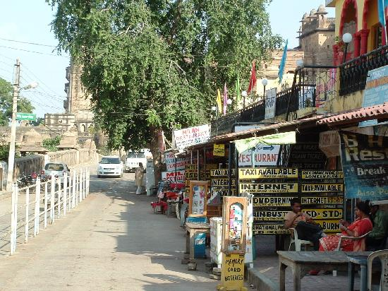 Orchha, India: Road leading to bridge and fort