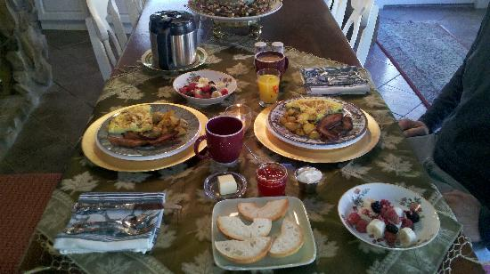 Pleasant View Farm Bed and Breakfast Inn : Delicious breakfast spread