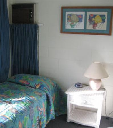 At the Mango Tree Holiday Apartments: Old amenities, I felt like I was in a college dorm room