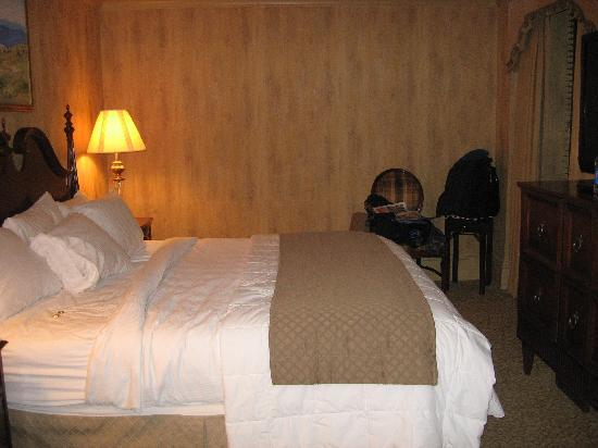 Dunhill Hotel: Our room w/ king size bed
