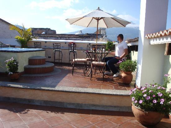 D'Leyenda Hotel: Rooftop terrace for breakfast and jacuzzi.