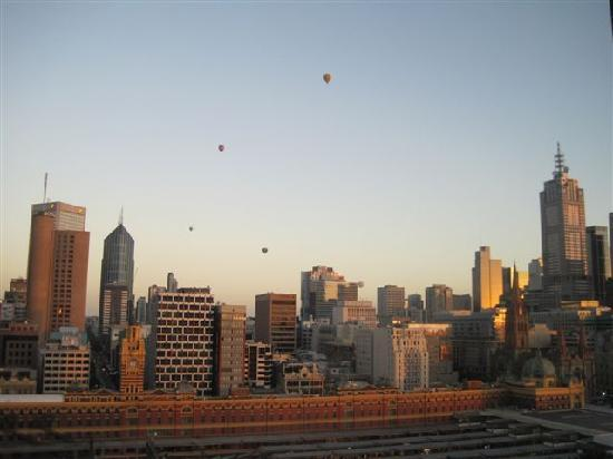 The Langham, Melbourne: Morning balloons over city