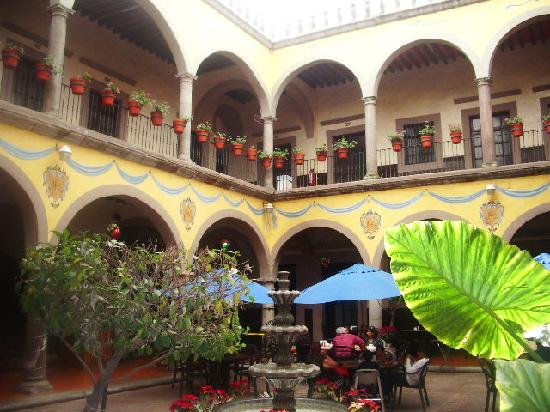 Hidalgo Hotel: The courtyard and restaurant area