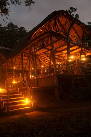 Bua River Lodge: The lodge at night
