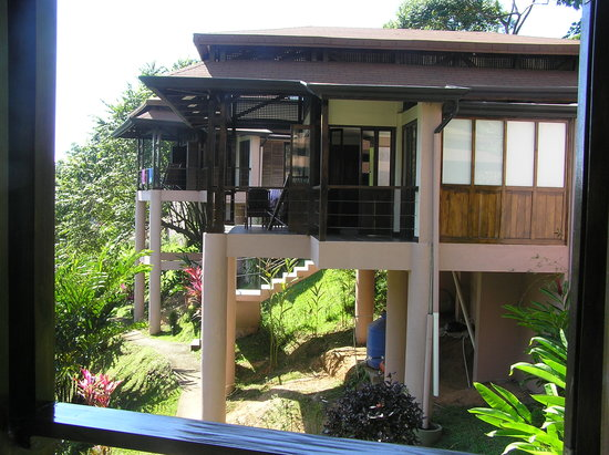 TikiVillas Rainforest Lodge: Neighboring cabina from our balcony