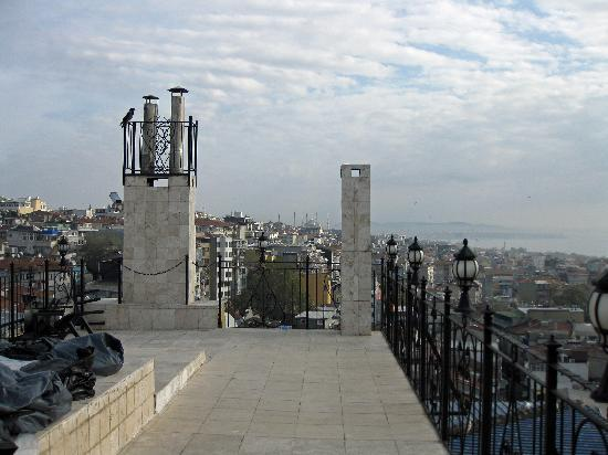 Ikbal Deluxe Hotel Istanbul: Viwe from roof top terrace towards Noth East