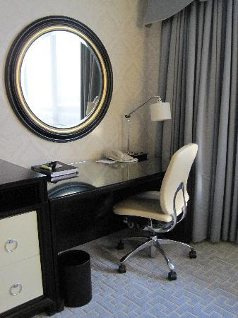 The Ritz-Carlton Chicago (A Four Seasons Hotel): desk