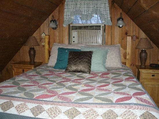 Hocking Hills Cabins: BED!!!