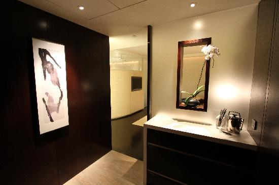 Room 912 - entryway - Picture of The Landmark Mandarin Oriental