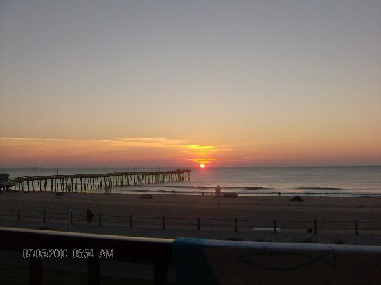 BEST WESTERN PLUS Sandcastle Beachfront Hotel: Sunrise over the fishing pier from our balcony (2)